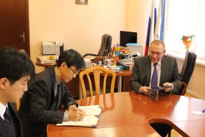 Rector Chuprunov of Lobachevsky University and President Yamaguchi concluding the Agreement and MoU